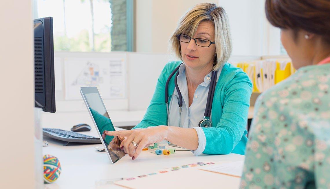 Doctora revisando historias clínicas, crecimiento de empleos