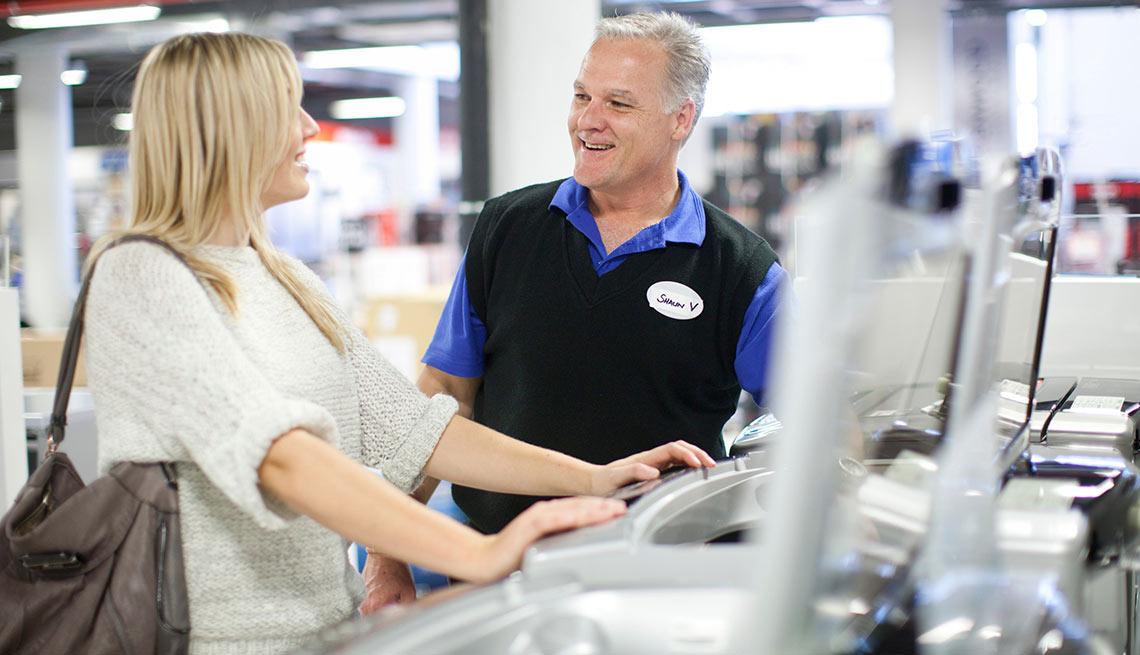 Mujer joven junto a un vendedor, crecimiento de empleos