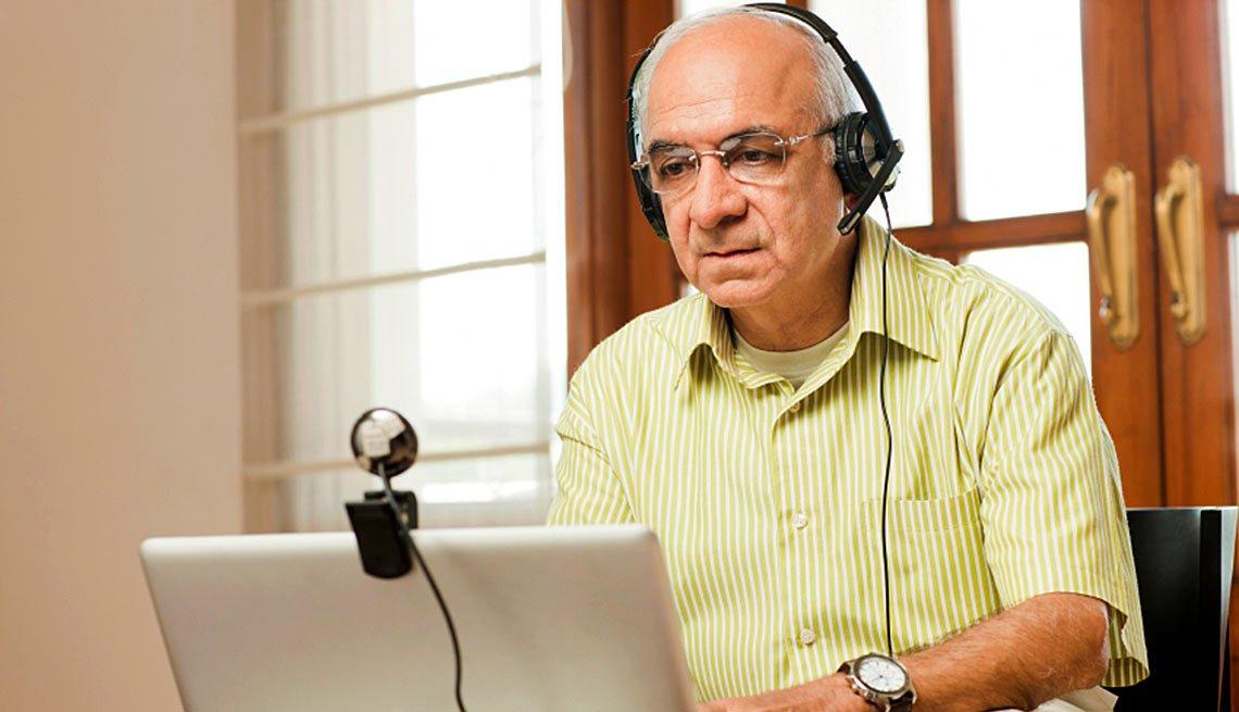 Entrevista de trabajo por video - Consejos - Hombre maduro frente a computadora