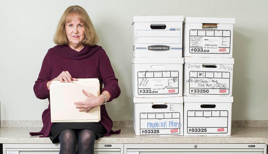 Carol Martz en su trabajo con adminstradora de oficina en Omega Wealth Management