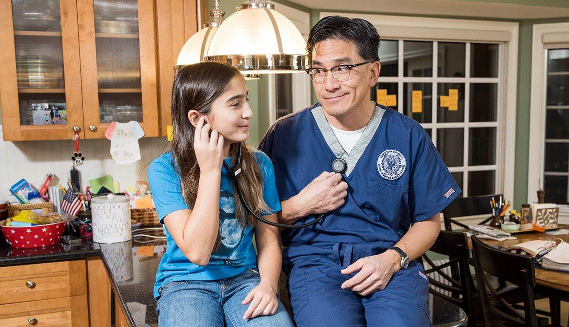 Greg Wang, de 51 años (con su hija Claire), es ahora estudiante de enfermería.