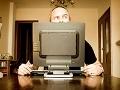 Hombre detrás de un monitor de una computadora mirando hacia un lado, como buscar trabajo a través de las redes sociales