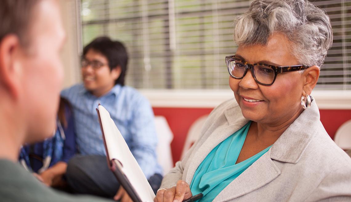 Mujer mayor con una agenda de notas en la mano