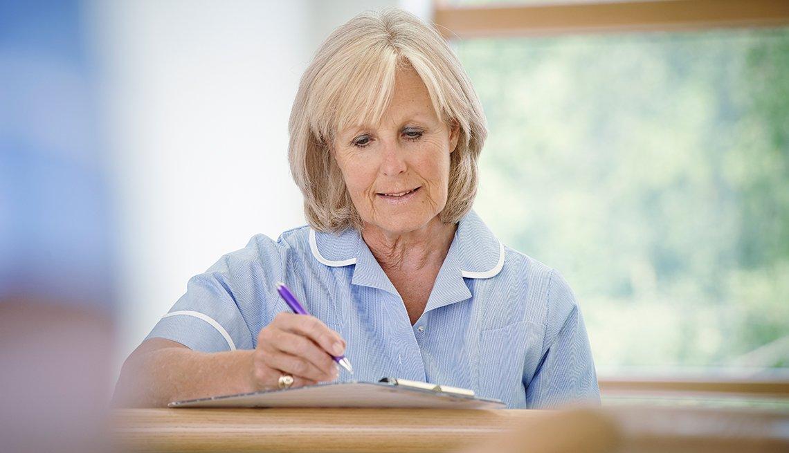 Mujer mayor como asistente médica administrativo