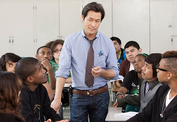 Profesor en medio de un grupo de estudiantes universitarios
