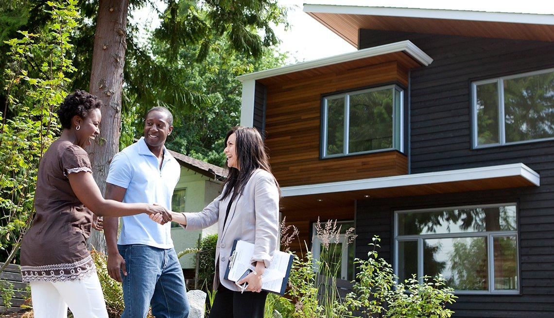 item 12 of Gallery image - Pareja con una mujer frente a una casa - Empleos con un salario anual superior a los 100 mil dólares