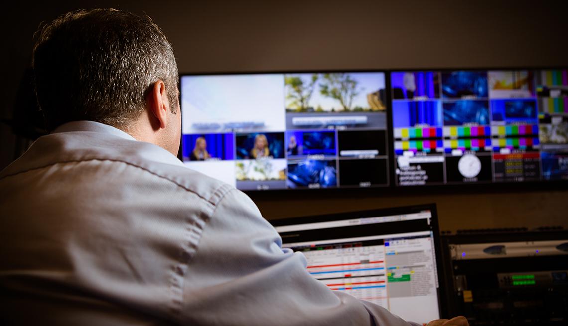 Hombre en un sala de edición de video - Empleos con un salario anual superior a los 100 mil dólares