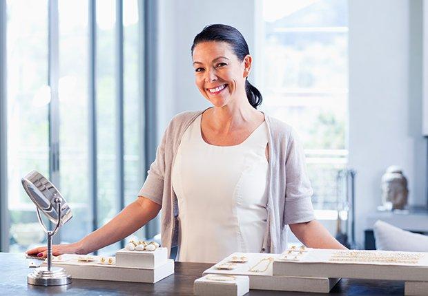 Mujer detrás del mostrador de una joyería - Empleos con un salario anual superior a los 100 mil dólares