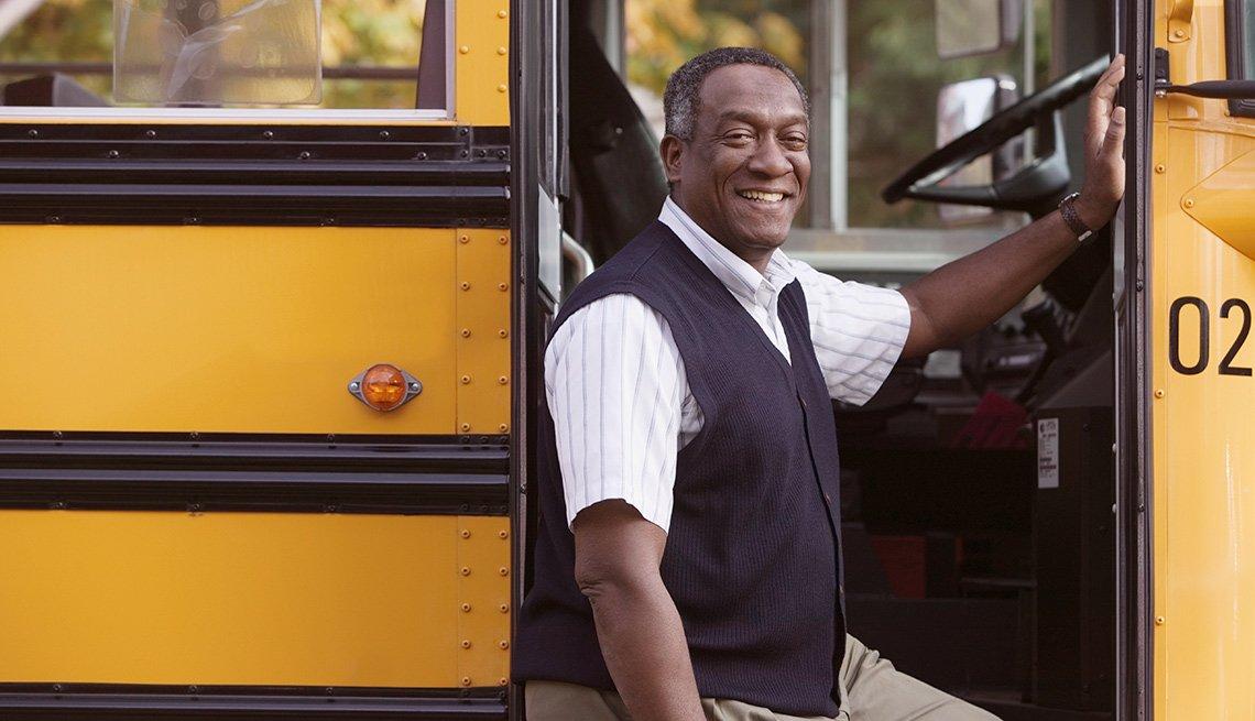 Chofer saliendo de bus escolar