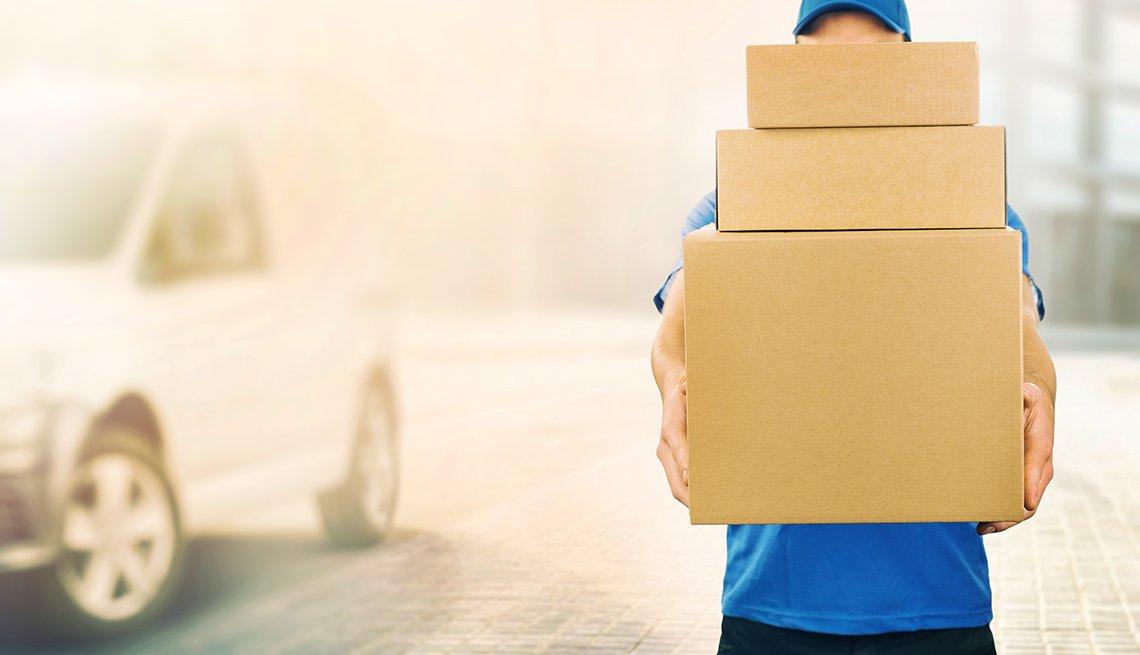 Hombre sosteniendo cajas
