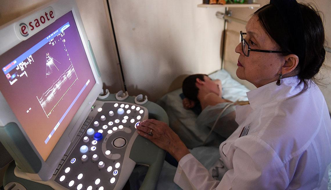 Mujer realizando una ecografía