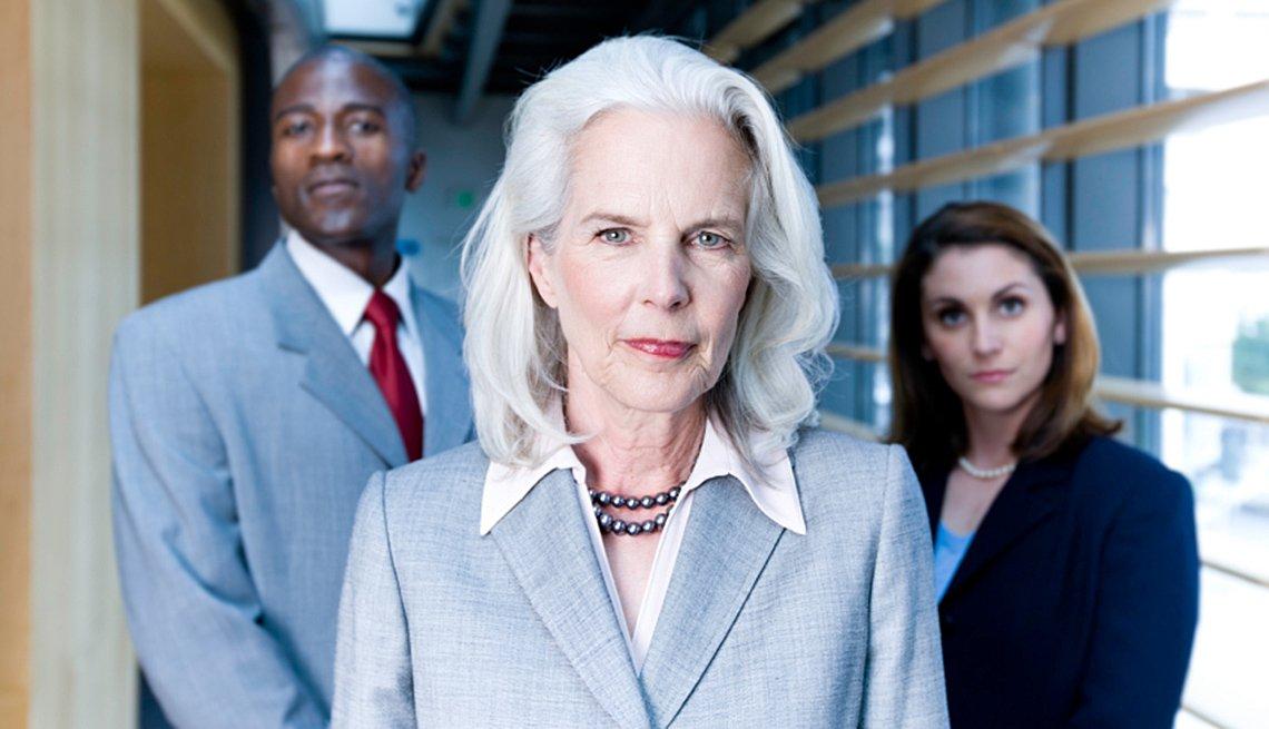 Mujer con jóvenes empresarios en el fondo