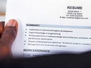 Persona leyendo una hoja de vida - Cómo hacer que sobresalga el currículo