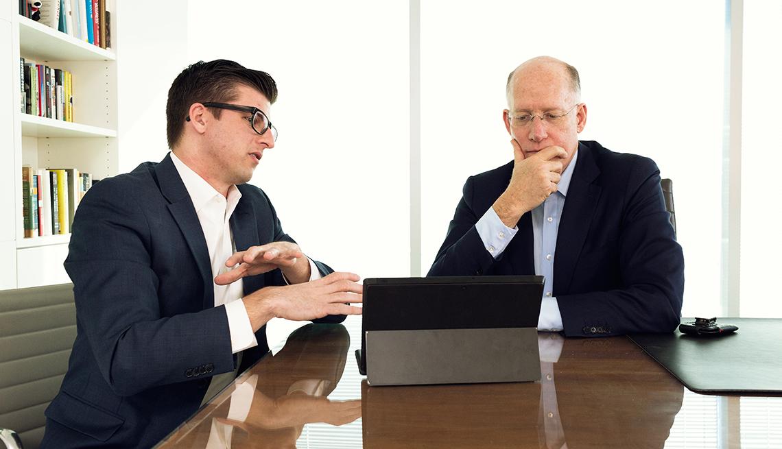 Patrick Kerley imparte asesoría sobre redes sociales a Don Baer, CEO de Burson-Marsteller.