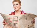 Foto de Jennifer Bustard sosteniendo un periódico - Cambio de carrera, cambio de ciudad
