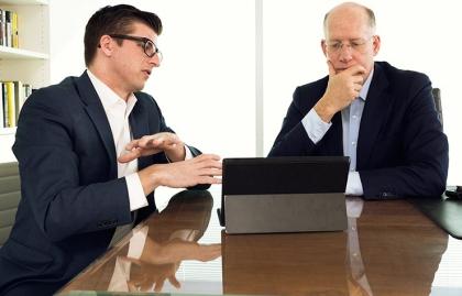 Patrick Kerley, director senior en Burson-Marsteller da consejos acerca de medios sociales  al director ejecutivo Don Baer.