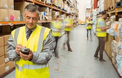 Supervisor de una bogeda con un apuntador digital en la mano - El valor de los trabajadores mayores