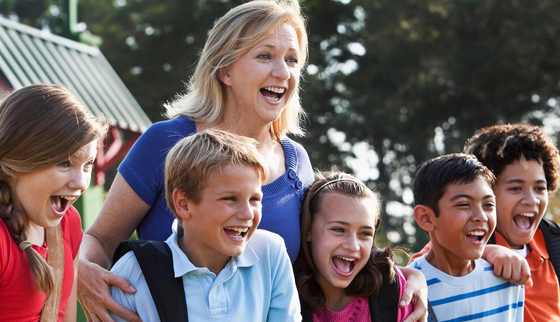 Profesora reunida con alumnos preadolescentes