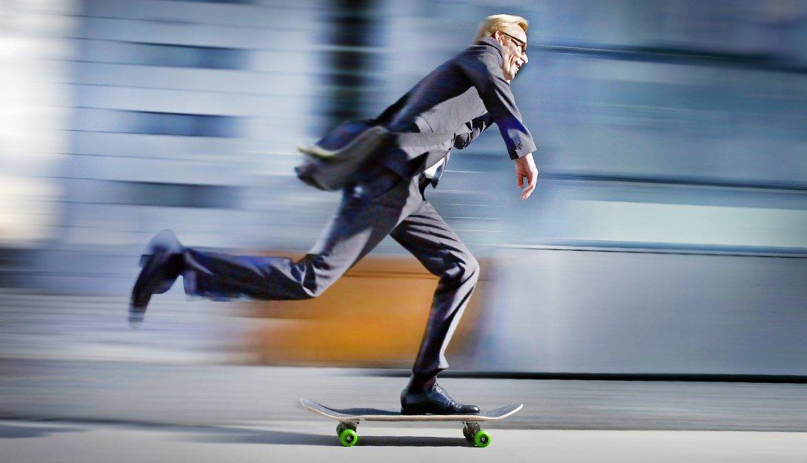 Hombre en la mediana edad vestido con traje y corriendo en una patineta... e impulsa tu empresa