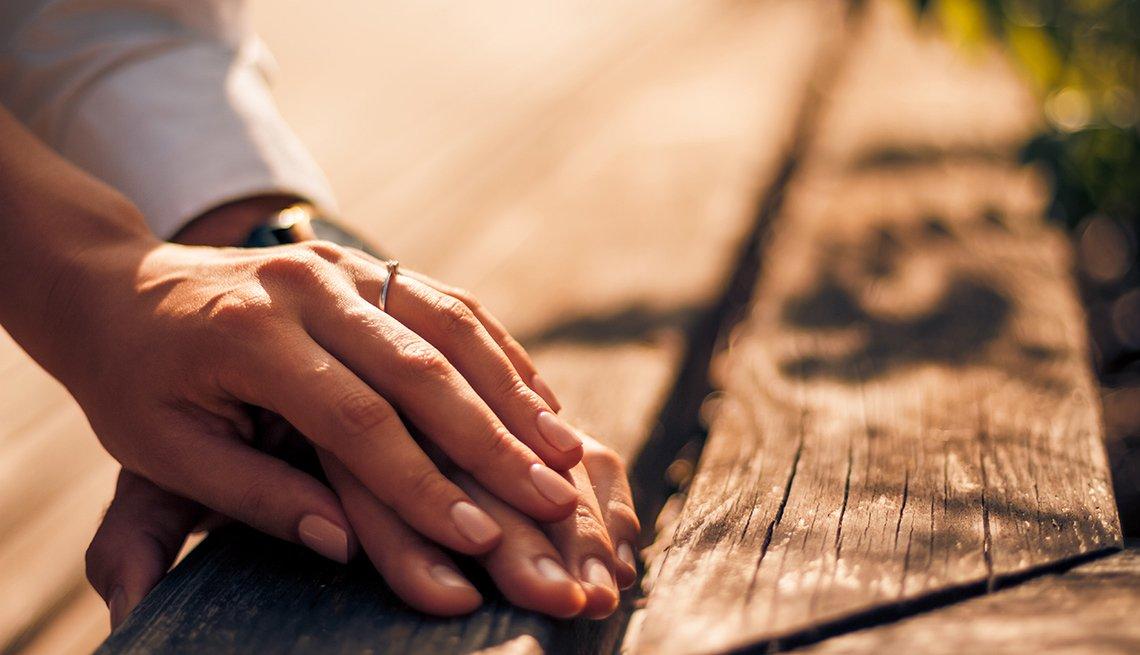 Cuando los cuidadores ya no sienten amor - Pareja sujetada de la mano