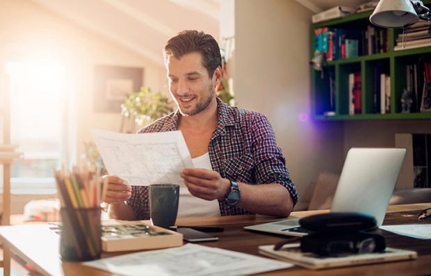 Hombre en su oficina en casa y aprende los consejos para emprender tu propia compañía