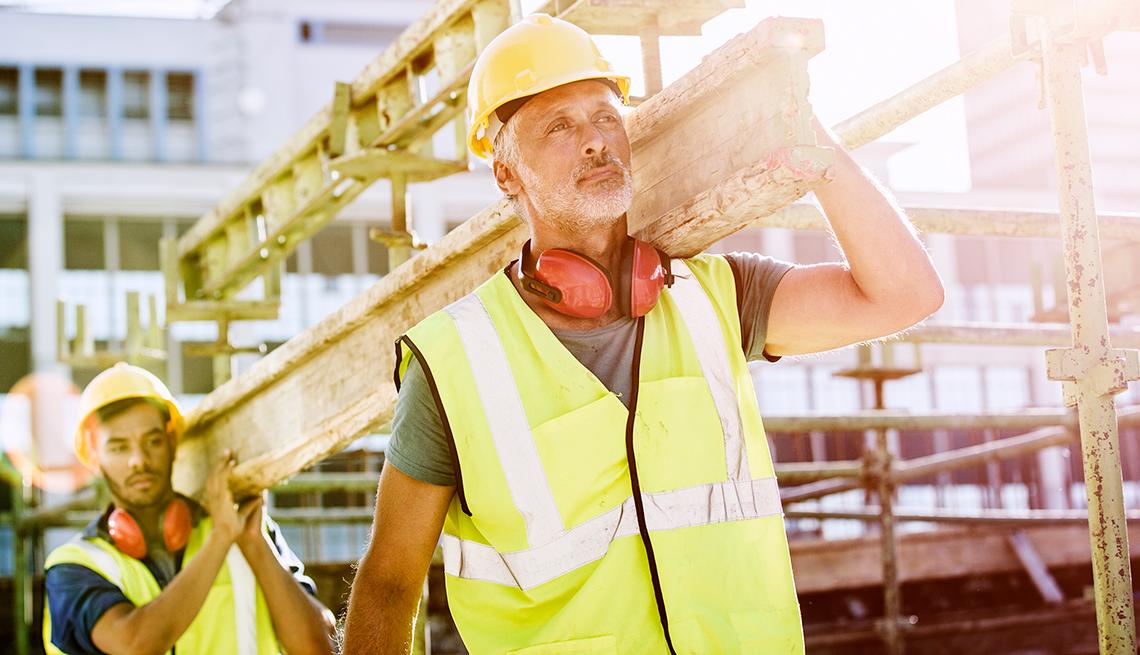 Hombre mayor trabajando en una construcción y aprendiendo de las demandas que podría terminar la discriminación por edad