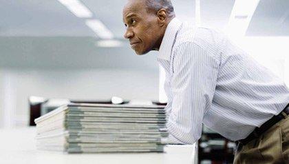 Hombre americano de 55 - Retirarse de 401K mayores