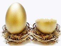 Cuatro huevos pintados de color oro