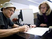 Hombre mayor se reune con un consejero para poder localizar a su pensión de jubilación