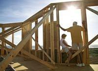 Pareja adulta construyendo su casa para su jubilación.