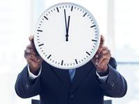 Determine la edad para su jubilaciónl - Hombre sosteniendo un reloj.