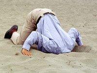 Hombre con la cabeza metida en la arena - Que pasa con su portafolio de retiro?