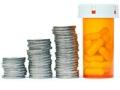 Monedas apiladas y botella de pastillas - Cuentas de ahorro para gastos de la salud