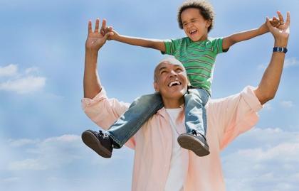 Abuelo y nieto jugando - Un retiro feliz significa más tiempo con sus seres queridos