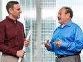 Jorge Rodas (derecha) capacita a Yuri Casate (izquierda) en la Southern California Gas Co.