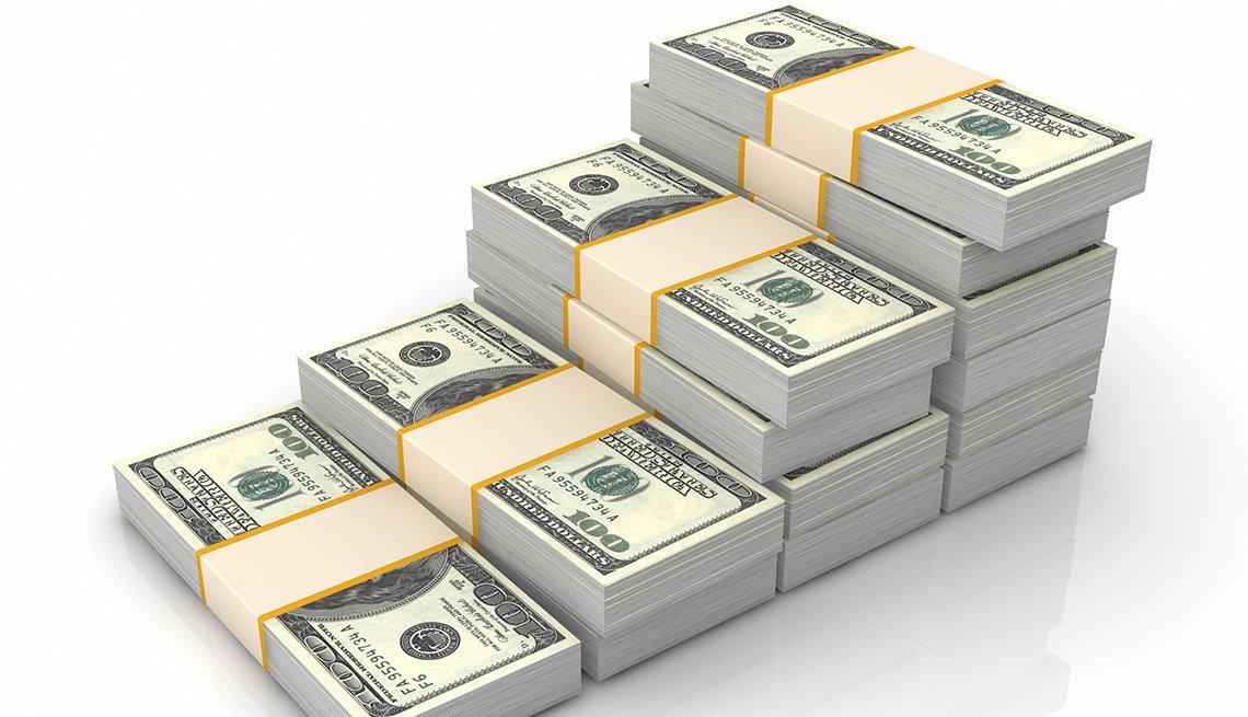 Fajos de dólares amontonados - Seguro Social ayuda a los cónyuges