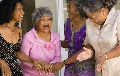 Mujeres riéndose - Enfrentar la vejez sin temor