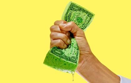 Ilustración de una mano cerrada sosteniendo un fajo de billetes de un dólar - Cómo hacer que el dinero dure