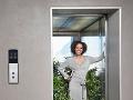 Dos puertas de un elevador, una cerrada y la otra abierta con una mujer rodeada de plantas - Jubilación por etapas