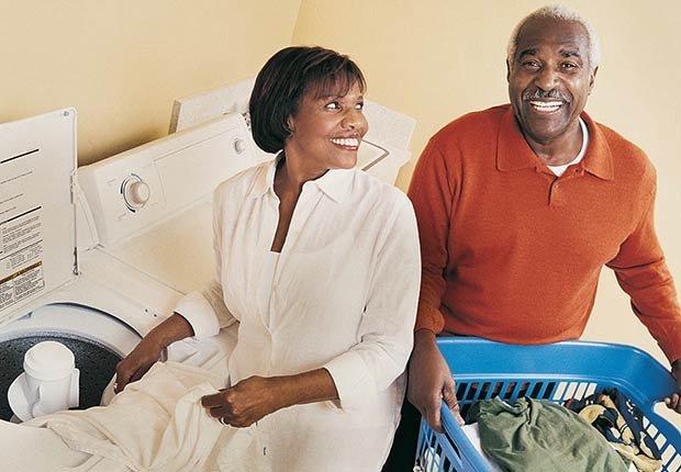 Pareja mayor en un cuarto de lavandería - Formas para realinear tu jubilación en pareja