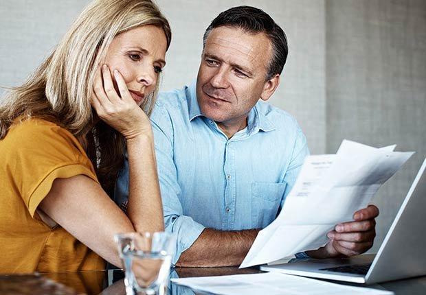 Pareja sentada frente a un computador - Formas para realinear tu jubilación en pareja