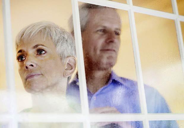 Pareja mayor detrás de una ventana - Formas para realinear tu jubilación en pareja