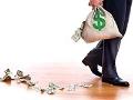 Pies de un hombre y una mano que sostiene una bolsa con dinero que se va regando en un piso de madera - Tu cuenta de retiro: qué hacer cuando pierde dinero