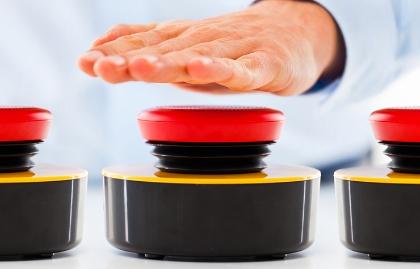 Mano de un hombre a punto de presionar un botón zumbador, ¿estás preparado para la jubilación?