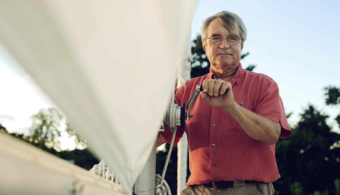 Dick Cooper en un barco y listo para el retiro