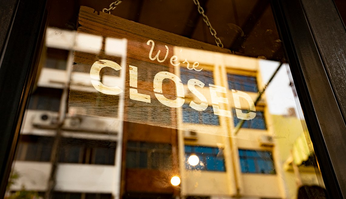 Letrero en la puerta de un negocio dice cerrado