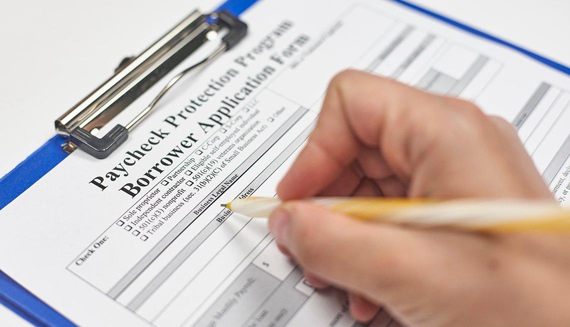 Persona llenando el formulario para solicitar el Programa de Protección de Pago.