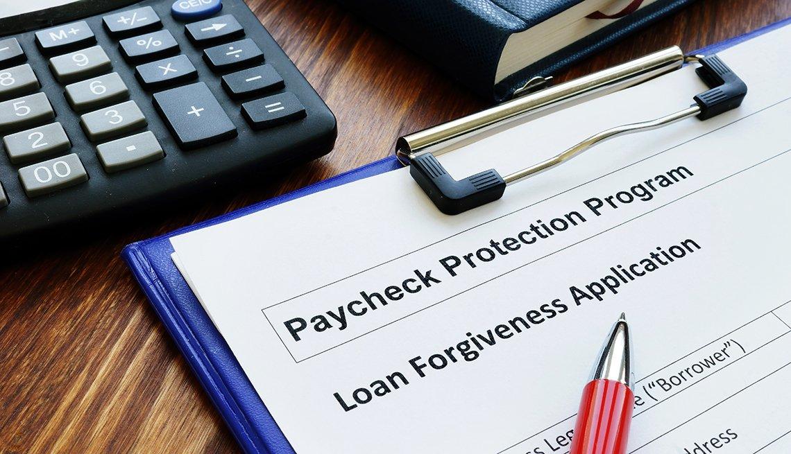 Formulario del programa de protección de pago sobre un escritorio.