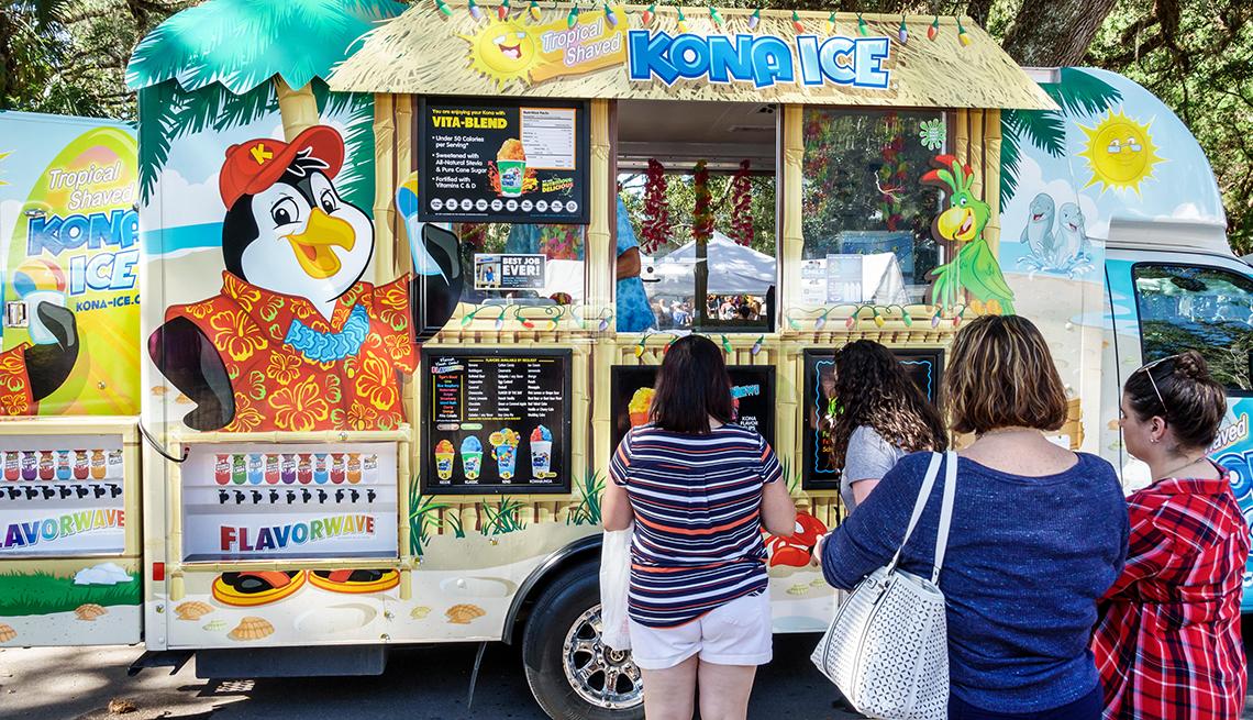Personas haciendo fila para comprar en un camión de comida