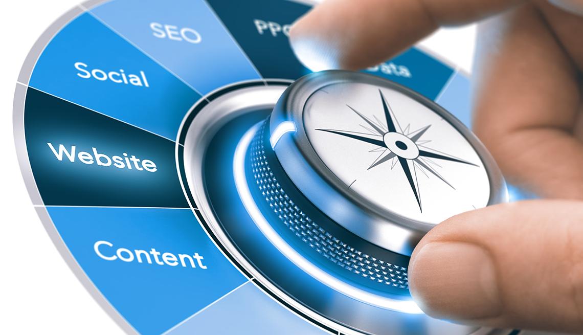 Mano sobre un botón que selecciona herramientas de mercadeo digital como contenido, sitio web, red social, seo, ppo
